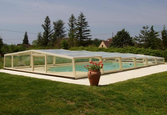 The enclosure in Ivory is very discreet /><br /><br /><br />The 3 angle low pool enclosure is shown here, demonstrating its discretion <strong> </ strong> and sleek style. Shown in the ivory RAL colour 1015 it has a front door which protects the pool and gives access ready for your swim: the water will always be clean and warm with this enclosure over the top!<br /><br /><br /><br /><img src=