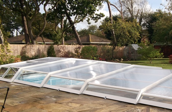 Shelters pool bottom pool enclosure iris covered for Abri piscine relevable