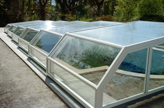 The 5 angle Low pool enclosure in modern white.