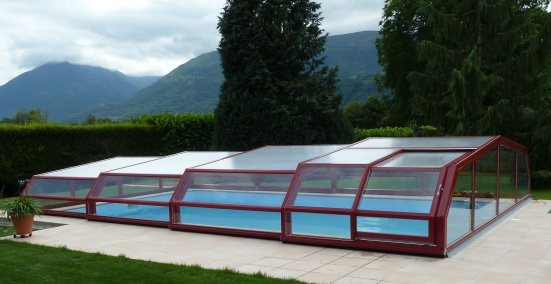 Low pool enclosure with 5 angles in burgundy