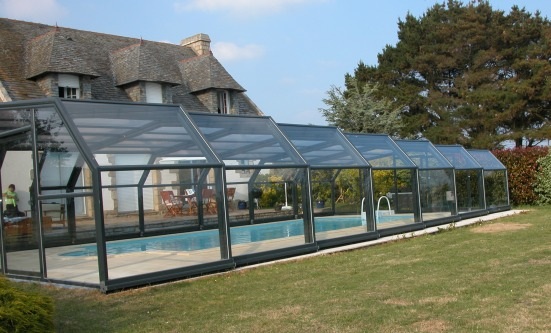 A side view of a grey 5 angle pool enclosure