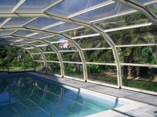 Abri piscine haut 9 angles avantages illustr s abri for Piscine ondine estaires