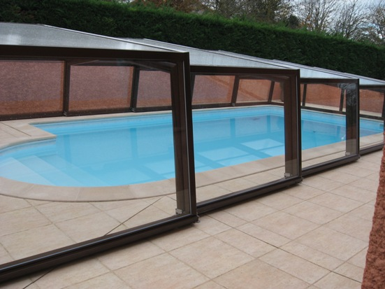 A 3 angle pool enclosure in brown RAL 8017: totally transparent through the glass