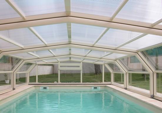 Abri piscine télescopique intermédiaire VENUS en 5 angles Ivoire : quelle élégance