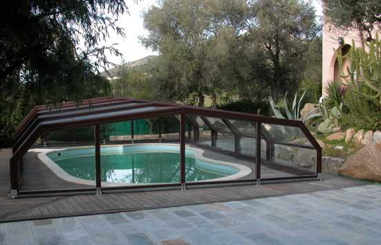 L'abri pool through VENUS is discreet marron