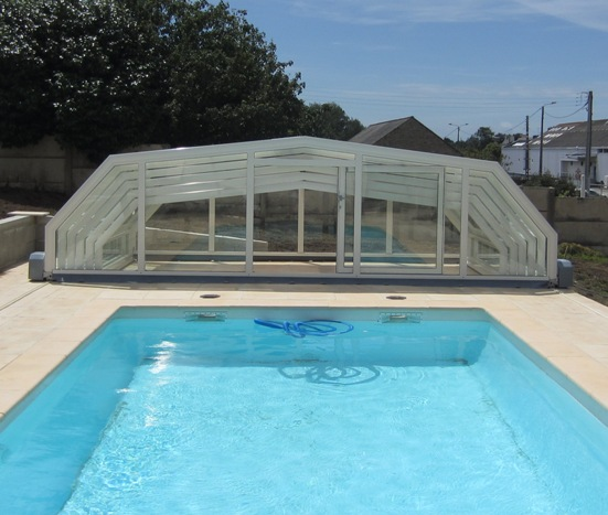 Folding bac in minutes the motorised pool enclosure with 5 angles stands stacked at one end of the pool