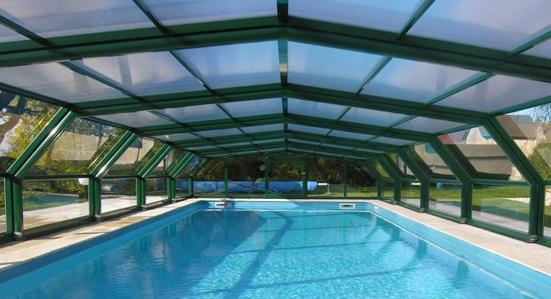Zoom sur l'alignement d'un abri piscine télescopique intermédiaire VENUS