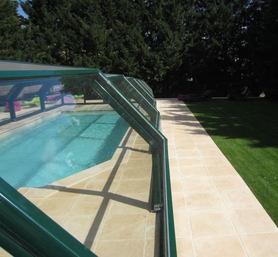 Abri piscine télescopique intermédiaire VENUS une vue plongeante sur le bassin